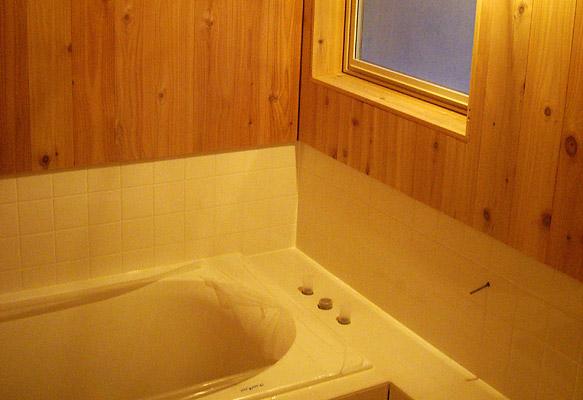 レッドシダーとタイルのお風呂
