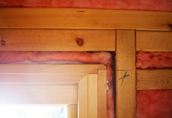 窓枠と壁の隙間にも断熱材を詰めます