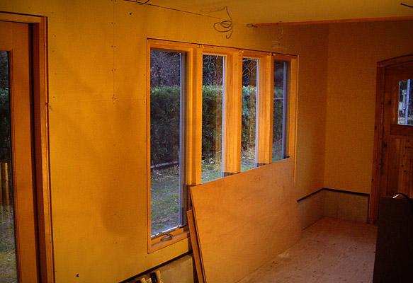 手前部分の窓側の壁