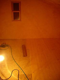 屋根裏の2/3ほどがパインの無垢材で埋まりました