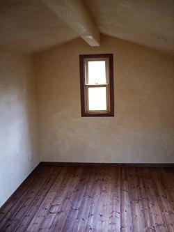屋根裏の幅木と窓枠