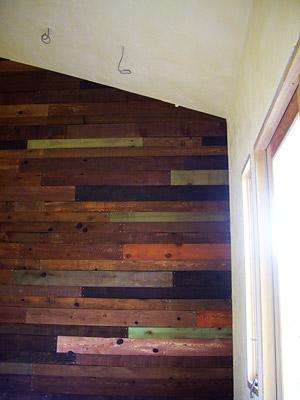 板張りの壁