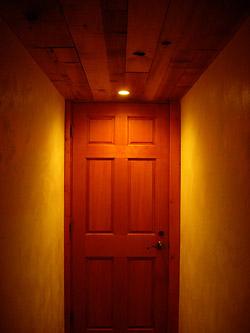 トイレに続く通路と扉