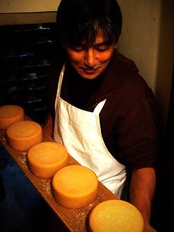 熟成中のムチュリチーズを見せてもらいました