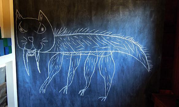 小屋の中の黒板に描かれた子供画伯の絵。これも強そう。小屋もあと数週間でしばしお別れです。